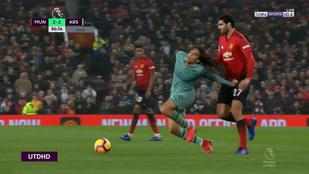 Fellaini elborult, hajánál fogva rántotta le az Arsenal tinijét