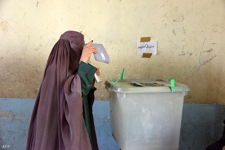 Egy nő adja le szavazatát az afganisztáni választáson, 2018. október 27-én