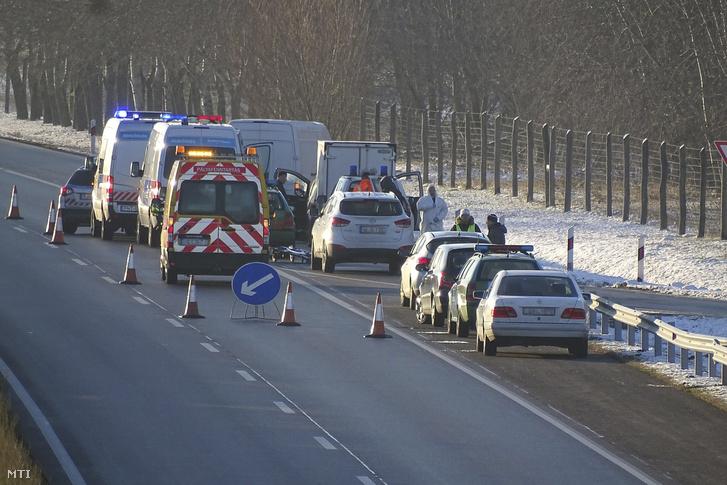 Rendőrök helyszínelnek az M5-ös autópálya csengelei pihenőhelyének kihajtójánál 2017. december 4-én. Ezen a napon hajnalban megöltek egy embert a pihenőben.