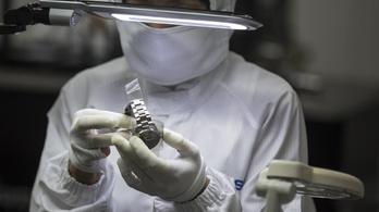 Gép és ember együtt gyártja az órákat, amiket milliók viselnek