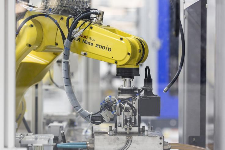 Itt 24 órában gyártják az óraalkatrészeket, a robotok munkáját kamerákkal figyelik egy másik gyártócsarnokból.