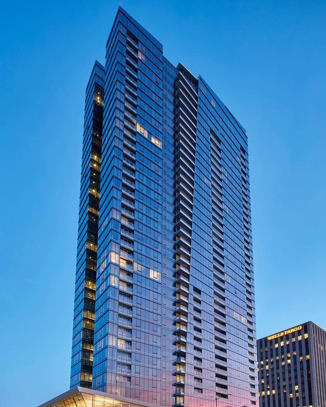 Ez a Ten Thousand, ami a város legújabb luxusapartmanokból álló magasháza.