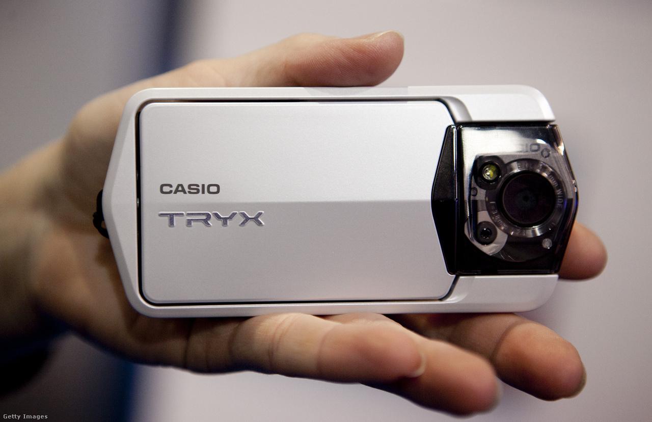 A 2011-es CES-en mutatkozott be a Casio Tryx (EX-TR100) digitális kamera, aminek reklámkampányában olyan hírességek vettek részt, mint például az énekesnő Nicki Minaj. A Full HD mozgóképek felvételére is alkalmas kamera különlegessége a keretéből kimozdítható kijelző volt, és az hogy spártai módon mindössze két gomb állt a felhasználó rendelkezésére a fényképezéshez.