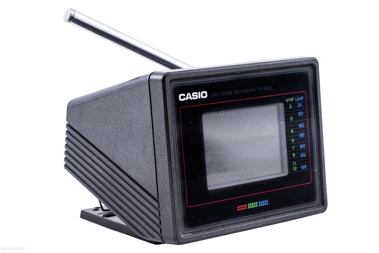 1987: a TV-6100 hordozható minitévé 68 mm-es színes LCD kijelzővel jelenítette meg a tévéadás képét. A Casio a tévénézés forradalmasítását várta a dizájnos készüléktől.