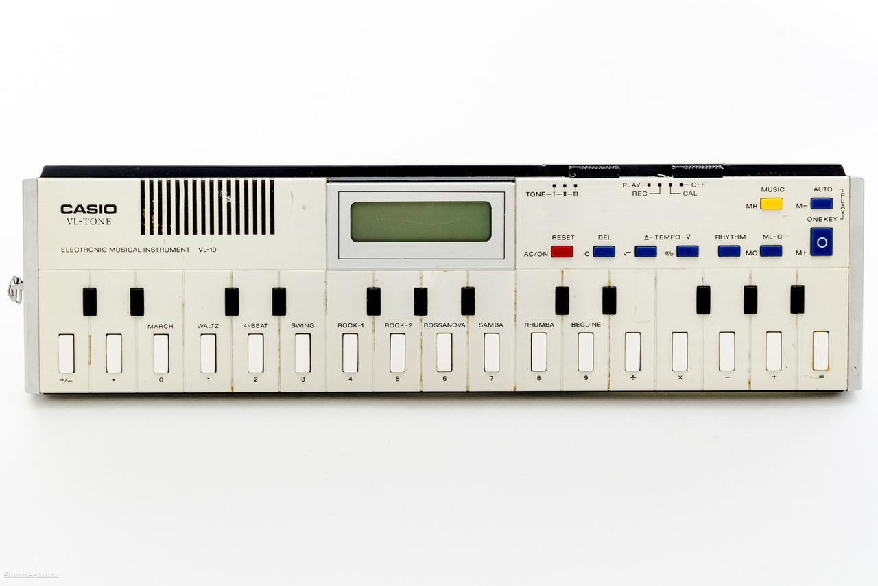 1979-ben jelent meg az első Casio VL-Tone. Az olcsó, elemmel működő, kb 25 centiméter hosszú, inkább gyerekjátéknak beillő szintetizátor-szekvencer az utóbbi években lett igazán népszerű a futurisztikus, de leginkább vicces, lo-fi hangzásokat kereső zenészek közt.