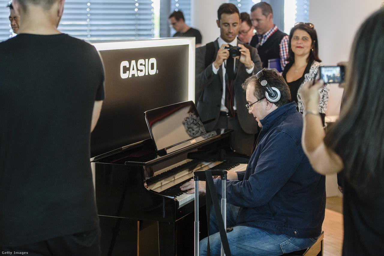 A Casio Celviano Grand Hybrid Digital Piano (2015) viszont tökéletesen úgy néz ki mint egy elegáns pianínó.