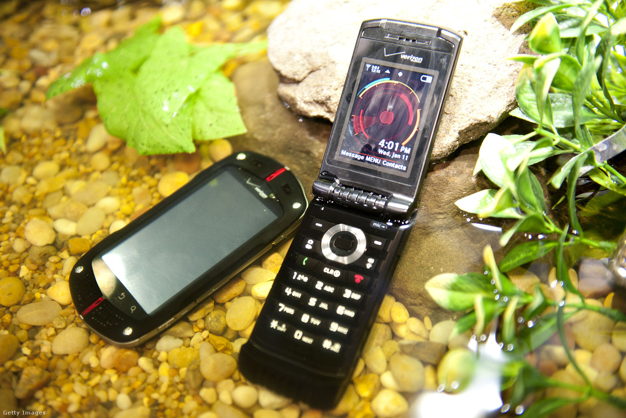 Vízálló Casio G'zOne Commando és G'zOne Ravine 2 androidos okostelefonok csücsülnek vízben a 2012-es CES-en.