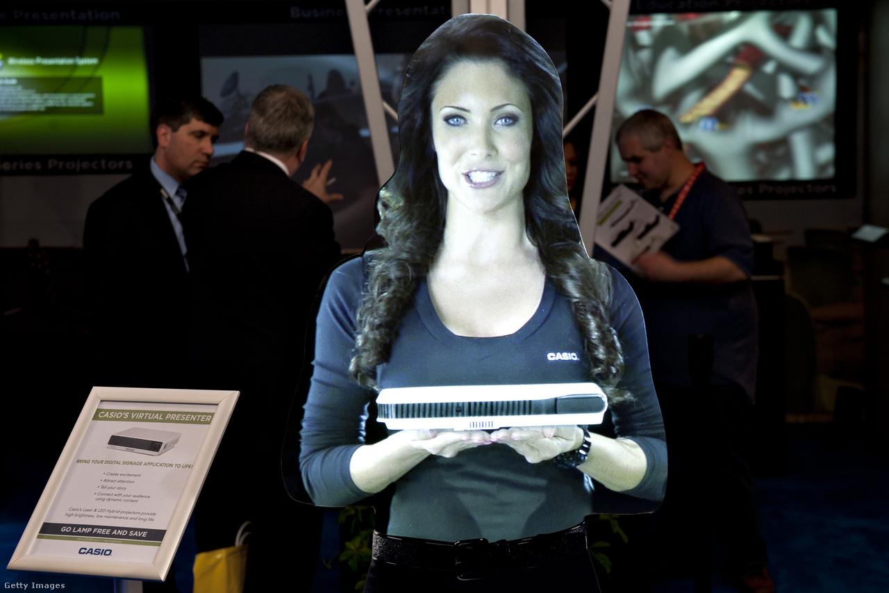 Ugyancsak a 2012-es CES (azaz a Las Vegas-i Consumer Electronics Show) a helyszín: a kivetített hostess egy Casio Signature projektort ajánl az érdeklődők figyelmébe.