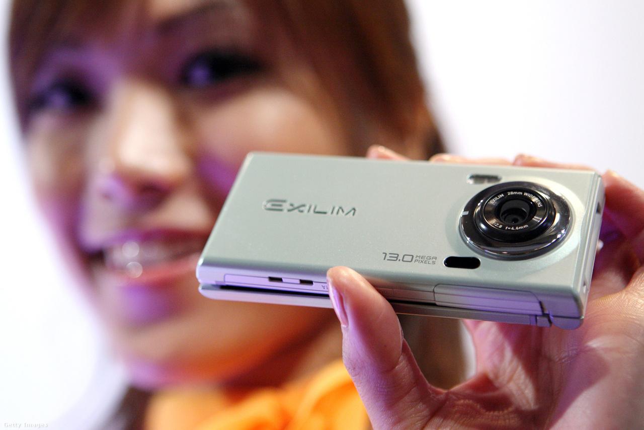 2010. május 17: az Exilim CA005, a Casio 13 megapixeles, 3-szoros zoomobjektíves kamerával felszerelt telefonjának premierje. A pár héttel később bemutatott iPhone 4-ben 5 megapixeles kamera volt.