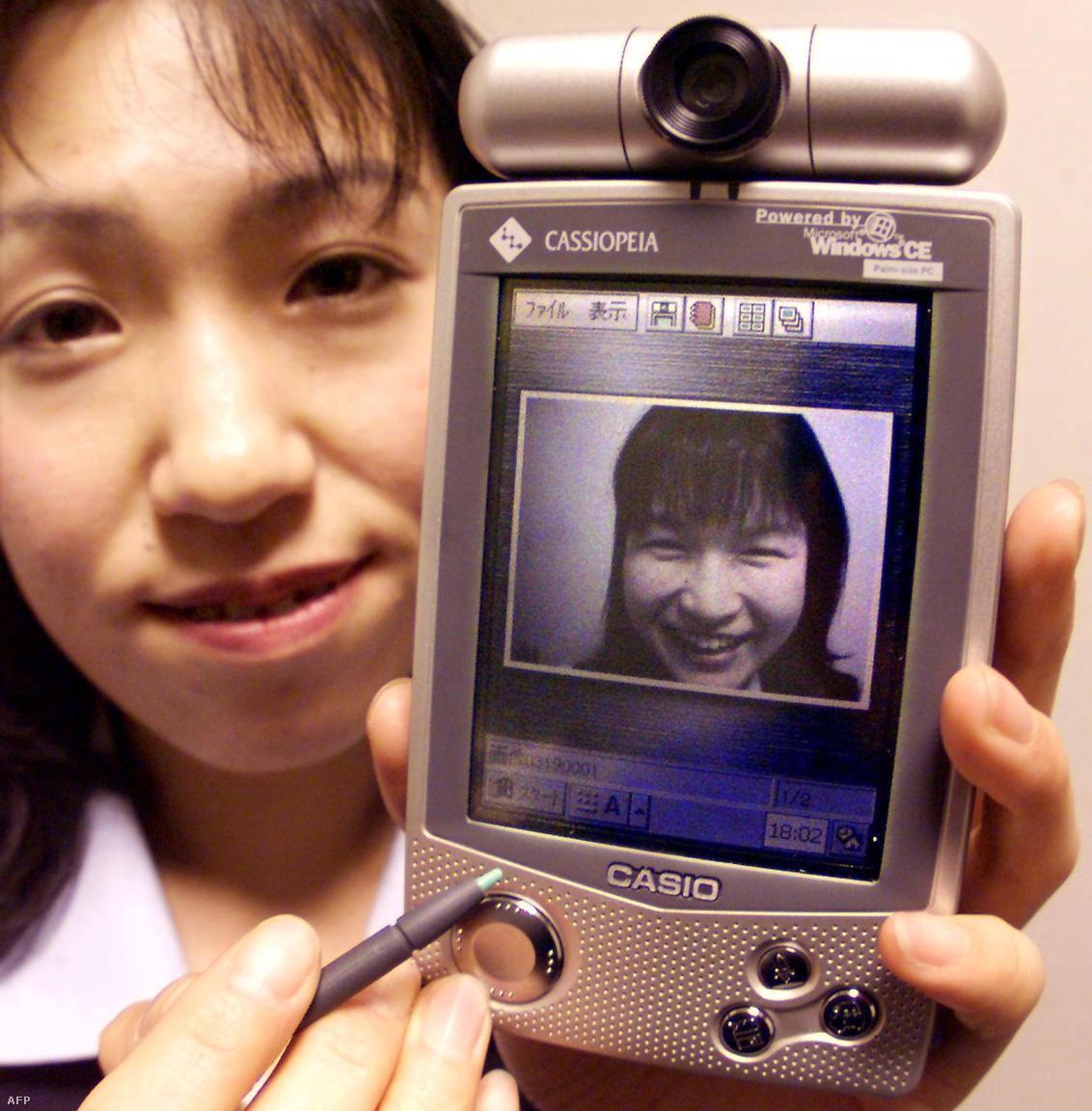 1999-ben mutatták be a Windows CE oprendszerrel működő Cassiopeia E-507 kéziszámítógépet, amihez 350000 pixeles CCD videokamera csatlakozott.