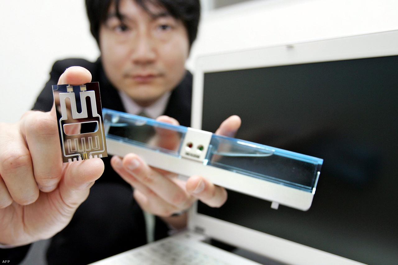 2006-ban mutatta be a Casio saját Proton Exchange Membrane (PEM) metanolos üzemanyagcellás akkumulátorát és a hozzá tartozó mikroreaktor egységet, amivel körülbelül húsz órán át bírta egy laptop. Az ígéretes technológia valamiért nem terjedt még el széles körben azóta, egyelőre leginkább autókban, munkagépekben lehet PEM akkumulátort találni.