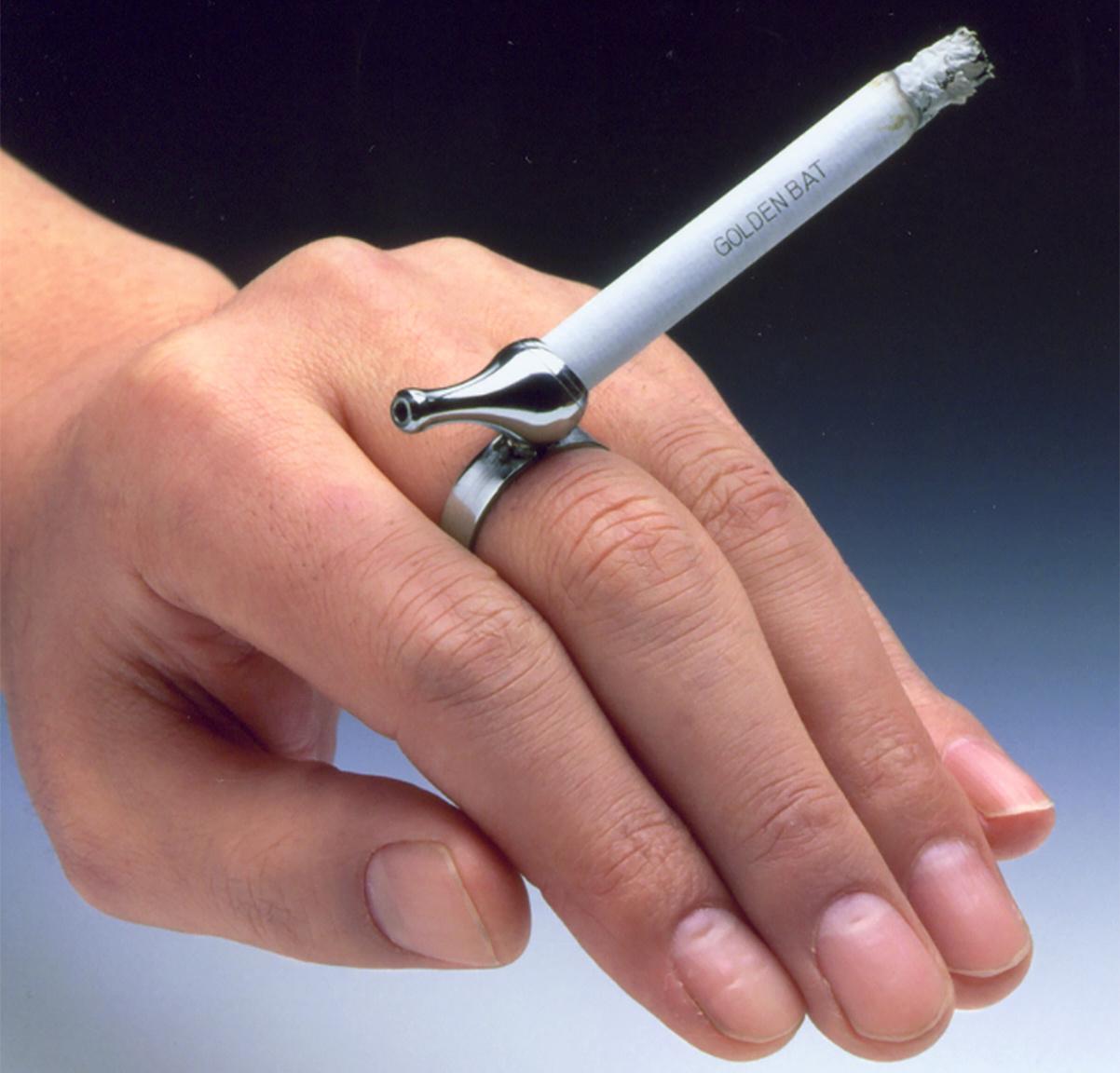 A jubiva pipa volt Kasio Tadao mérnök első nagy dobása 1946-ban. Az ujjra húzható cigarettaszipkát vitték mint a cukrot a háború utáni szegénységben tengődő japánok. Az egyszerű találmány egyrészt lehetővé tette, hogy a dohányosok szinte a teljes cigarettát el tudják szívni (bár az ezt lehetővé tevő füstszűrős cigarettát már 1925-ben feltalálta a magyar származású Boris Aivaz, a filteres cigaretták széles körű elterjedése csak a II. világháború utáni években következett be). Másrészt a gyűrűvel szabaddá vált a cigarettát tartó kéz, ami a japán melósoknak meglehetősen praktikus volt.