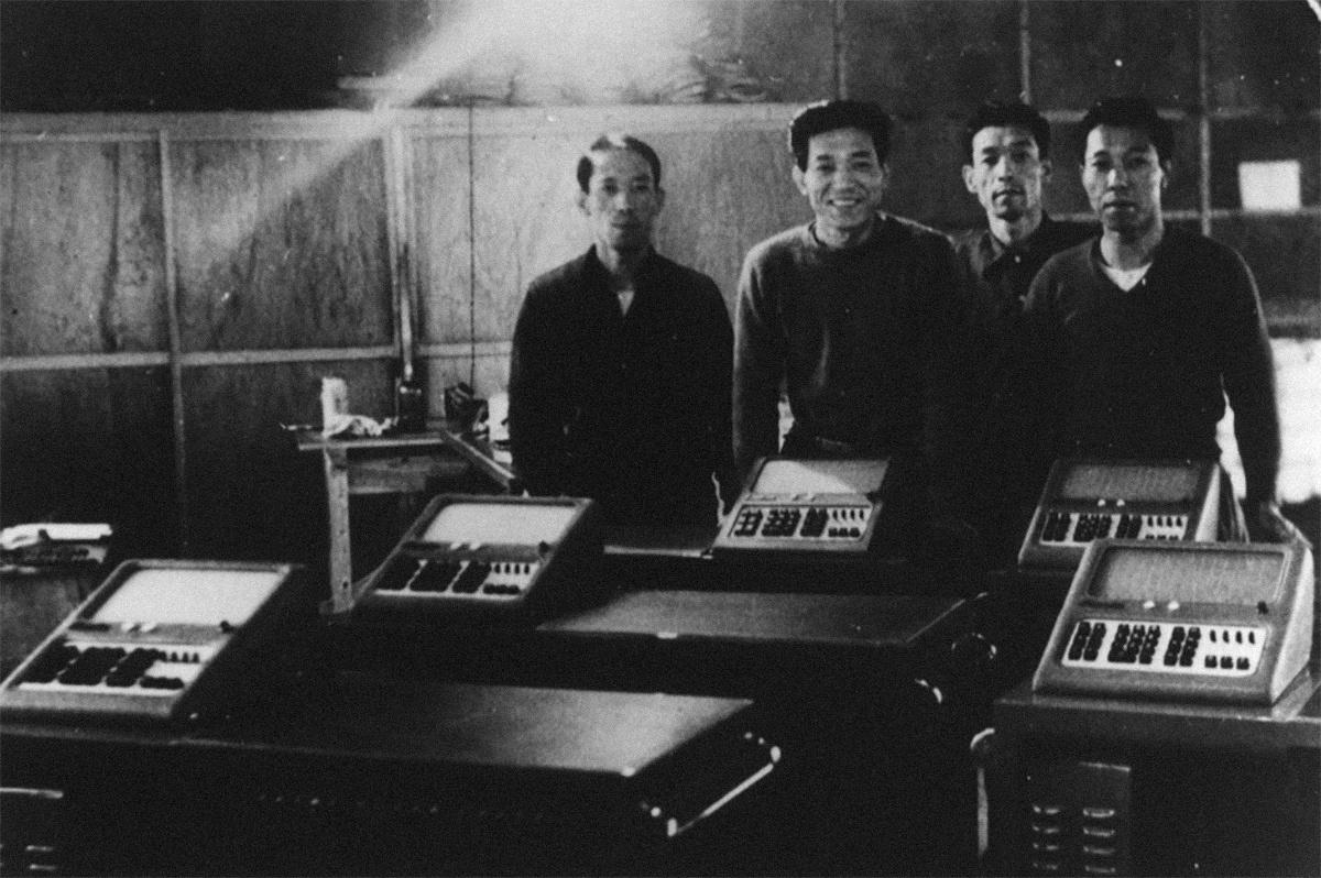 A Casiót (illetve akkor még: Kasio Szeiszakujdzsót) Kasio Tadao mérnök és három öccse alapította 1946-ban. A képen Tadao, Tosio, Kazuo és Jukio láthatók a cég első elektromechanikus számológépével, aminek kifejlesztésébe a cigarettaszipkából származó profitot visszaforgatták.