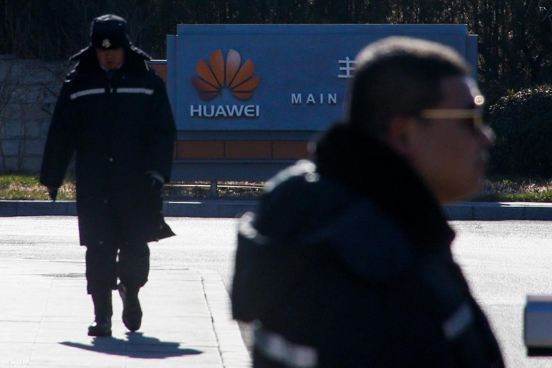 Biztonsági őrök a Huawei pekingi központjánál