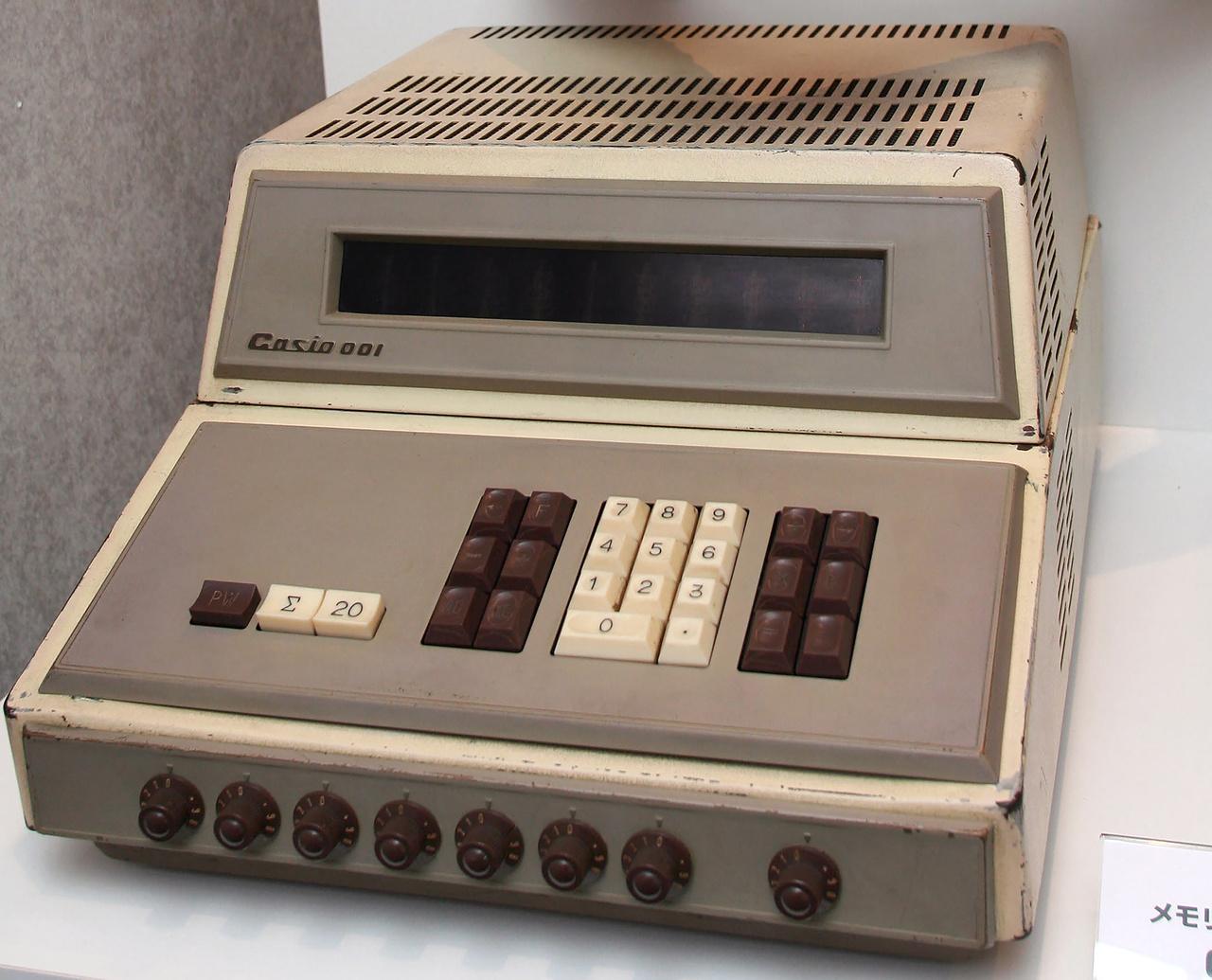 1965 szeptemberében mutatták be a Casio 001-et, a teljesen elektronikus, tranzisztoros asztali számológépet, újdonságnak számító beépített memóriával, nixie-csöves kijelzővel. A 17 kilogrammos szerkezet 380 ezer jenbe került, irodák, könyvelőcégek vásárolták elsősorban.