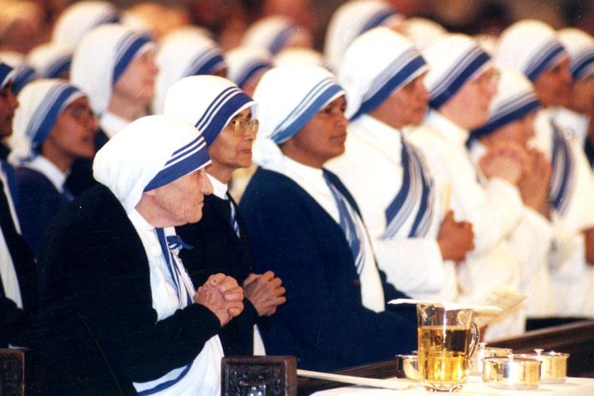 Teréz anya az általa alapított rend tagjai között.