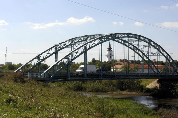 A szeghalmi Berettyó híd. Háttérben a református templom látható.