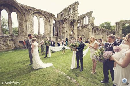 Így változott át hirtelen esküvő-helyszínné a rom