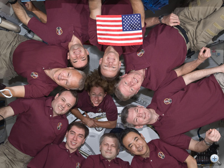 Nemzeti büszkeség. Az Atlantis magával vitte utolsó útjára azt az amerikai zászlót, ami még az első űrsiklóküldetés, az STS-1 során járta meg az űrt a Columbia űrrepülőgép fedélzetén.