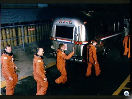 1989. augusztus 8. Az STS-28-as űrsiklóküldetés legénysége (Brewster H. Shaw, Richard N. Richards, David C. Leestma, James C. Adamson és Mark N. Brown) a Columbia felé tart.
