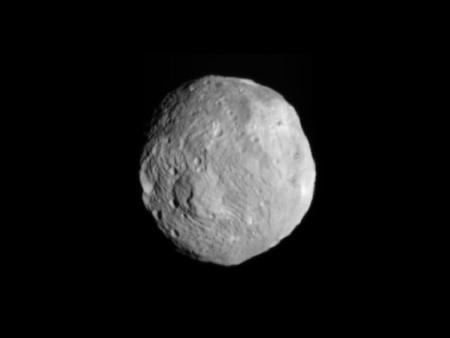 A kisbolygóról a Dawn-szonda által készített közelebbi felvételek egyike 2011. július 9-én, 41 ezer km-ről készült. Egy pixel 3,8 km-nek felel meg a képen.
