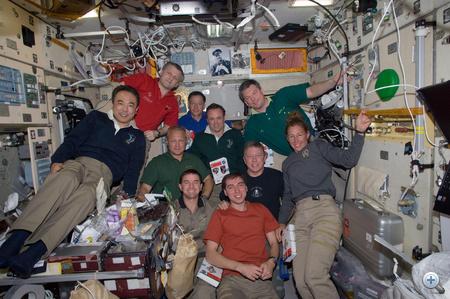 2011. július 16. A repülés 9. napja. Az ISS legénysége és az Atlantis űrhajósai kicsit félretettél bokros teendőiket egy közös fotó kedvéért.