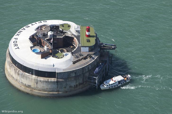 A Spitbank Fort luxushotel csak hajóval vagy helikopterrel közelíthető meg
