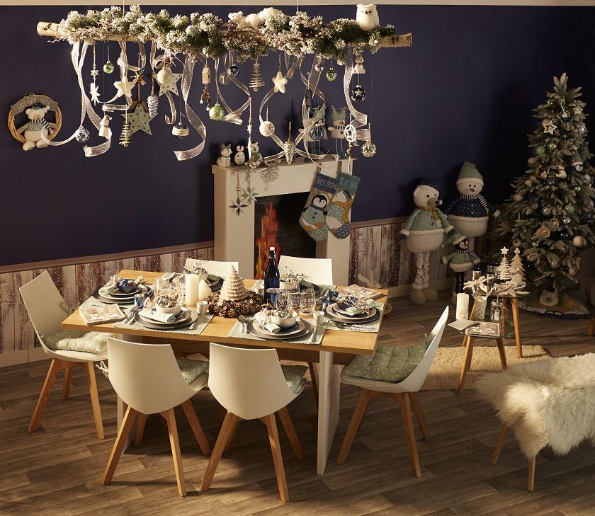 Farmerkék és világoszöld színekben megálmodott asztali és karácsonyfa dekorációk skandináv stílusban.