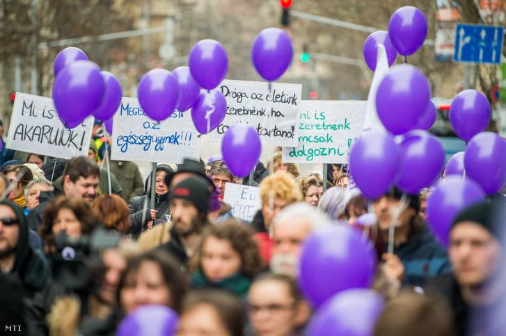 Résztvevők transzparensekkel és léggömbökkel a kezükben a Független Egészségügyi Szakszervezet (FESZ) Tüntetés a magyar egészségügyért! elnevezésű demonstrációján Budapesten, az Alkotmány utcában 2018. március 24-én.