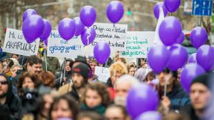 Óriástüntetés a túlóratörvény ellen: a rendőrség lezárta a Kossuth teret