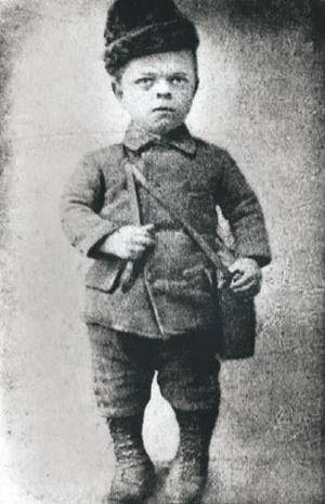 Zoli bohóc 8 évesen is ekkora volt. Forrás: Népszabadság 2015. február / Arcanum adatbázis