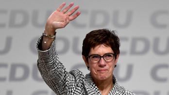 Annegret Kramp-Karrenbauer váltja Angela Merkelt a német kormánypárt élén