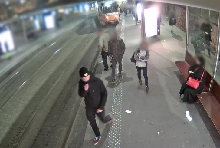 A budapesti rendőrök a lakosság segítségét kérik a képen látható férfi azonosításához.