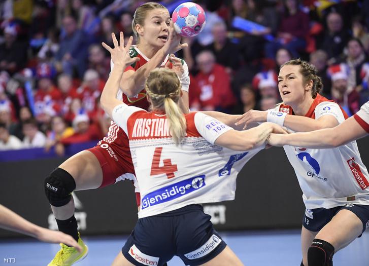 Háfra Noémi (b) valamint a norvég Veronica Egebakken Kristiansen (k) és Kari Brattset a női kézilabda Európa-bajnokság középdöntőjében játszott Magyarország - Norvégia mérkőzésen a franciaországi Nancyban 2018. december 7-én.