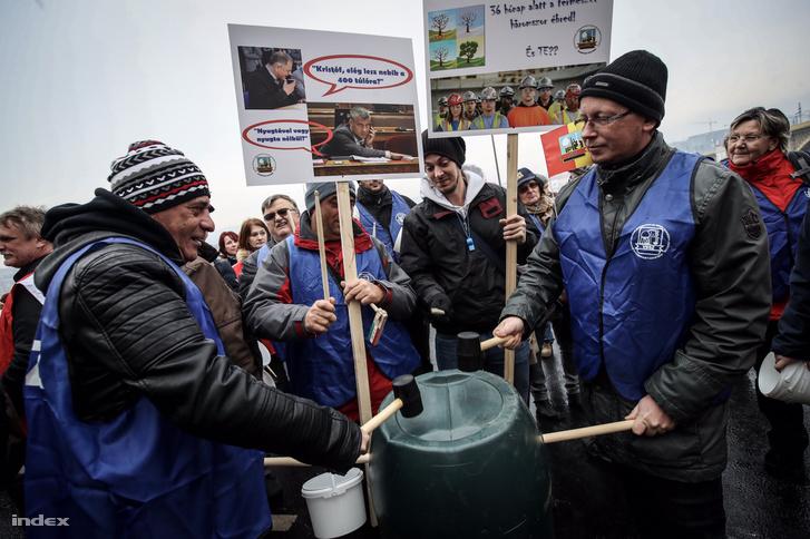 VDSZSZ tüntetők gyülekeznek, 2018. december 8-án a Margit híd pesti hídfőjénél
