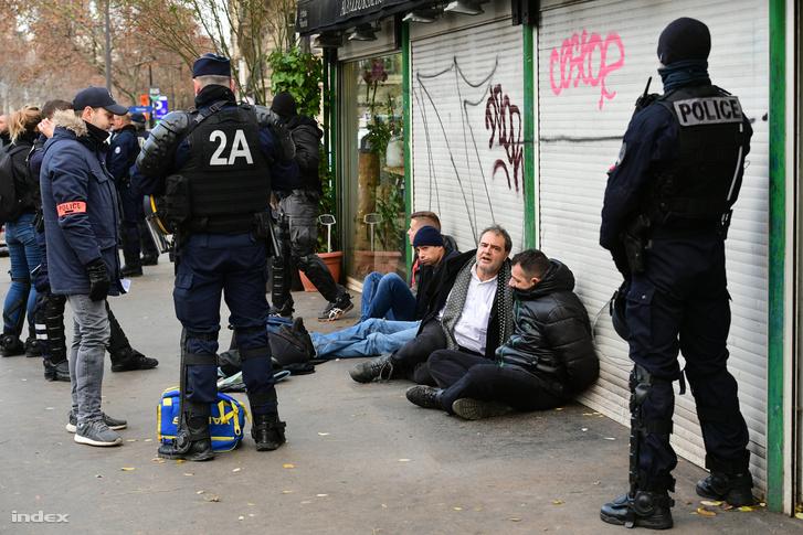 Tüntetőket vesznek őrizetbe Párizsban 2018. december 8-án
