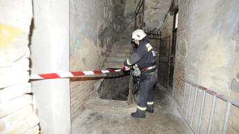 Leszakadt egy fővárosi társasház lépcsője egy férfi alatt
