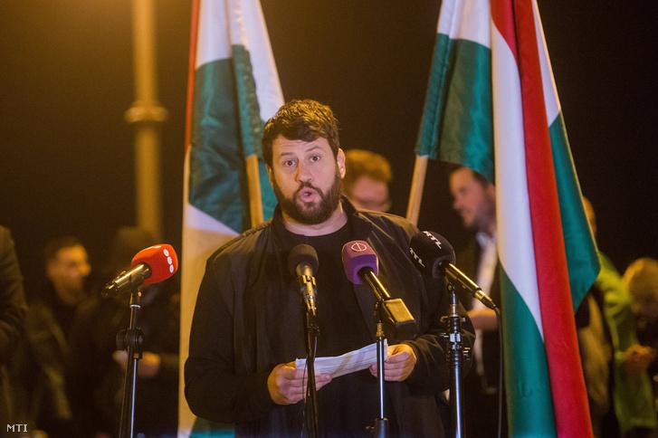A főpolgármesteri posztra pályázó Puzsér Róbert beszédet mond a tandíjmentes felsőoktatásért tartott demonstráción a Budapesti Corvinus Egyetem előtt 2018. október 23-án. A tüntetést az LMP ifjúsági szervezete, a Lehet Más a Jövő szervezte.