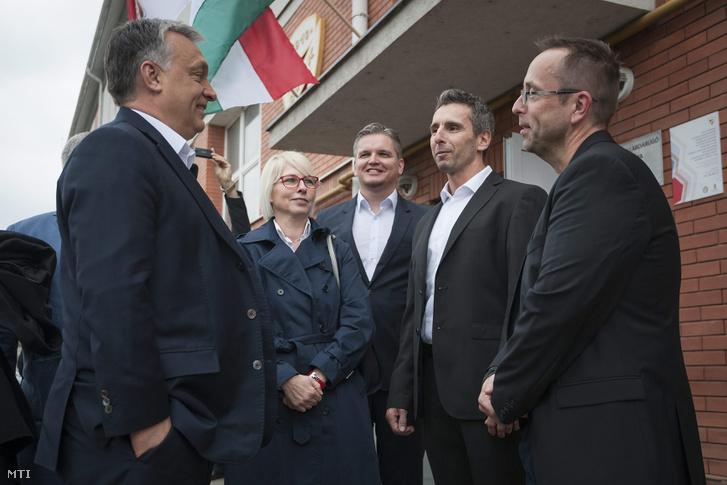 Orbán Viktor miniszterelnök, Csöbör Katalin fideszes országgyűlési képviselő, Szabó Tamás ügyvezető, Benczés Miklós sportigazgató (jobbról a 2.) és Leisztinger Tamás, a DVTK többségi tulajdonosa a DVTK labdarúgó-edzőközpontjának átadásán Miskolc Diósgyőr városrészében, 2016. április 10-én.