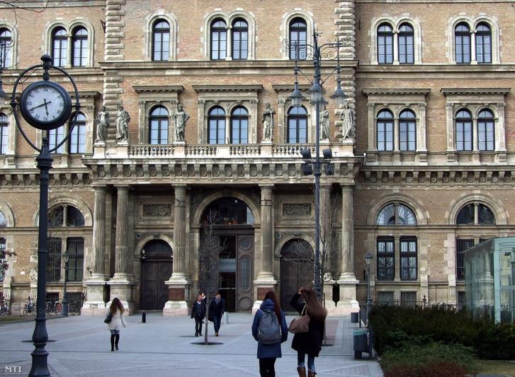 A Budapesti Corvinus Egyetem (Közgazdaságtudományi egyetem) főépületének részlete a főváros IX. kerületében a Fővám téren.