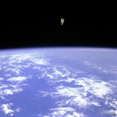 1984. február 11. STS-41B: soha ember ilyen messzi nem távolodott el űrhajójától.  Bruce McCandless csaknem száz méterre van a Challengertől.