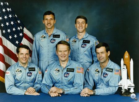 1985. szeptember 8. Az Atlantis első útjának (STS-51J) legénysége (balról jobbra): Robert L. Stewart, David C. Hilmers, Karol J. Bobko az űrsikló parancsnoka, Major Willliam A. Pailles és Ronald J. Grabe, az űrsikló pilótája.