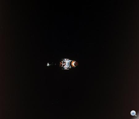 A Chandra az űrben. A fotót a Columbia egyik űrhajósa készítette a műhold pályára állítása után.
