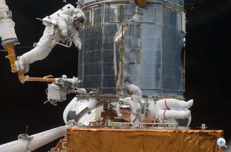 2009. május 16. Az STS-125 űrsétán lévő két űrhajósa a Hubble űrteleszkópon dolgozik.