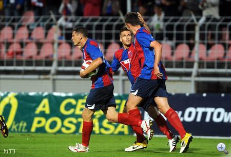Andre Alves, Nagy Dániel és Elek Ákos, a Videoton játékosai örülnek a csapat második góljának