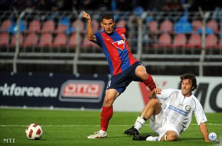 Andre Alves, a Videoton (b) és Joachim Standfest, az osztrák Sturm Graz játékosa küzd a labdáért