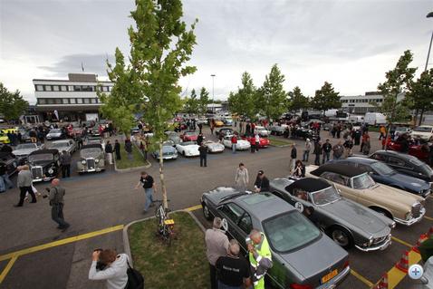 A freiburgi Mercedes képviselet hatalmas udvarán gyülekeznek a részvevők. Paul Pietsch Classic.