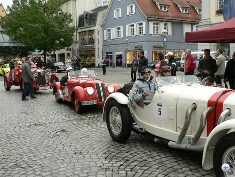 Esős rajt Offenburgban. A két hölgy nem akármilyen teljesítményt nyújtott a teherautónyi méretű SSK Mercedesben: a 16. helyen végeztek. Mögöttük Prinz Leopold von Bayern várakozik a 328-as BMW volánja mögött.