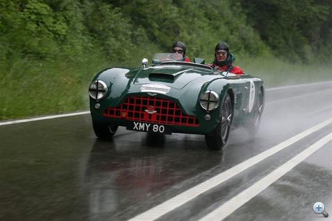 Ez megint egy olyan izé, ami nélkül lehet, de nem érdemes élni: Aston Martin DB 3 (1952). A cég főnöke, Ulrich Bez és fia Fabian élvezik az öreg versenytechnikát. 74. hely.