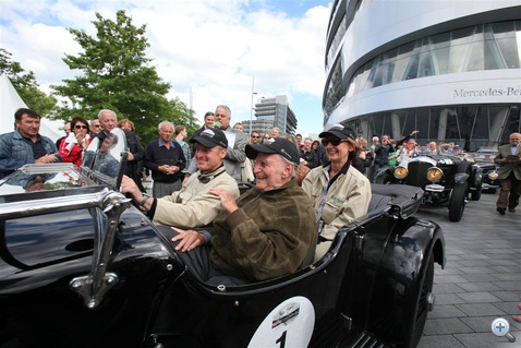 Az ünnepelt is lerótta tiszteletköreit a stuttgarti Mercedes-Benz gyár és múzeum előtt. A kocsiban gyermekeivel érkezett.